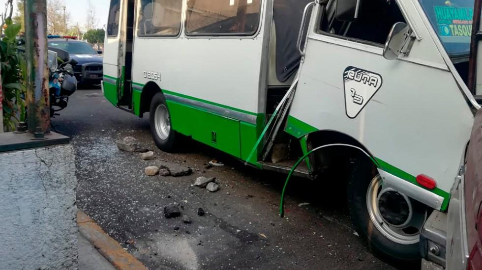 Choque de microbús en Coyoacán deja tres lesionados - Choque de microbús con dos camionetas estacionadas en Coyoacán. Foto de @Jersy281