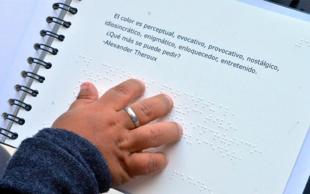 Estudiante de la UNAM crea libro en braille para identificar colores - Estudiante de la UNAM crea libro en braille para identificar colores