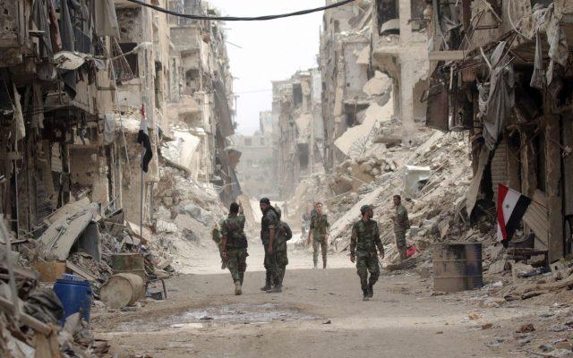 Siria: 10 años en guerra - Régimen sirio en pleno control de la capital Damasco. Soldados sirios patrullan en el distrito de Yarmouk Camp en el sur de Damasco, Siria, 22 de mayo de 2018. Foto de EFE / EPA / YOUSSEF BADAWI.
