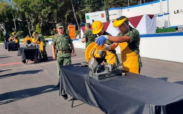 Destruyen en Querétaro 533 armas decomisadas a la delincuencia - Destrucción de armas por parte de personal de la Sedena. Foto de @SEDENAmx