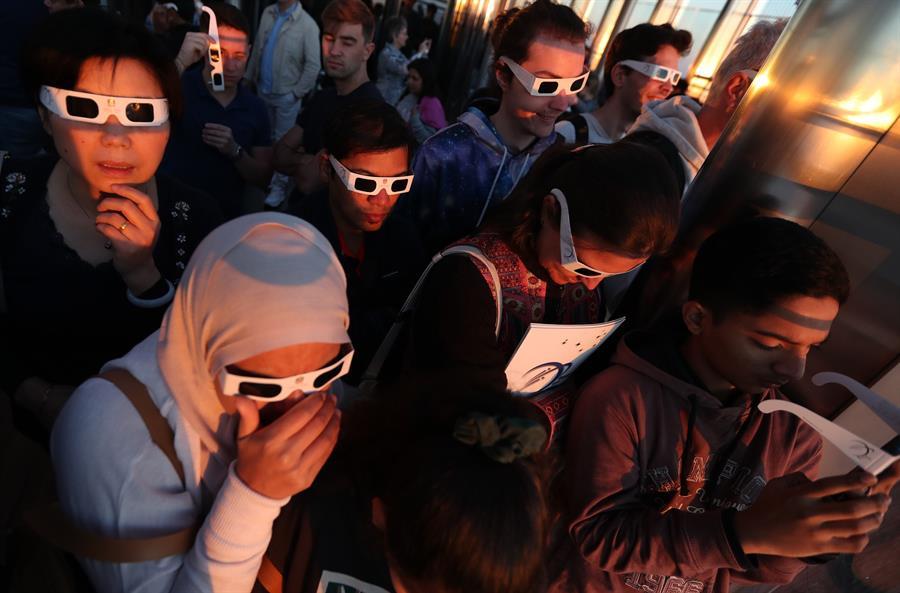 Eclipse anular de Sol atrae a miles de personas en Asia