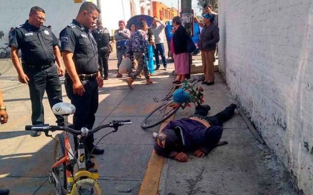 Atropellan en Texcoco a ladrón de celular al huir - El ladrón cayó de su bicicleta al ser golpeado por una camioneta en su intento de escape. Foto de Excélsior