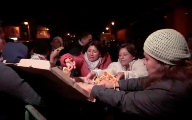 #Video Carlos Rivera envía pizzas a fans que esperaron horas por boletos - Fans reciben pizzas enviadas por Carlos Rivera. Captura de pantalla
