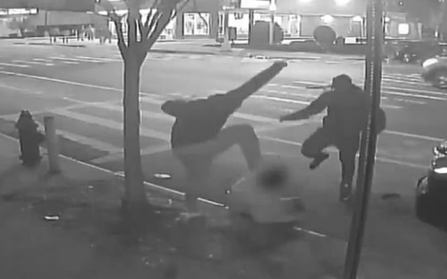 #Video Asaltantes golpean a víctimas en la mañana de Navidad en Nueva York - Asaltantes golpean a víctimas en Nueva York
