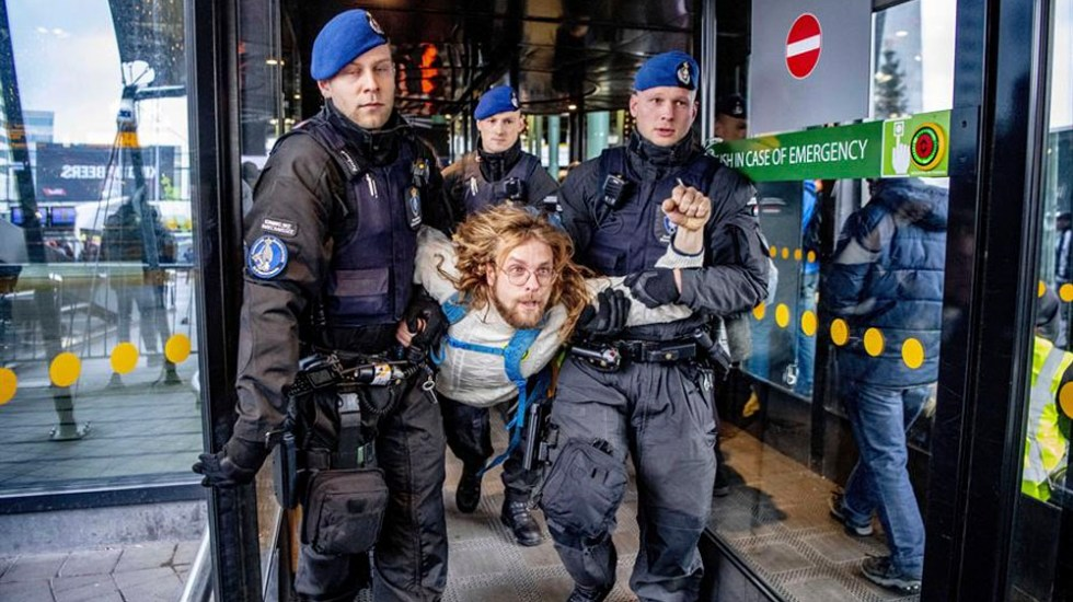 Policía desaloja a activistas de Greenpeace del aeropuerto de Ámsterdam - Policía desaloja a activistas de Greenpeace del aeropuerto Ámsterdam