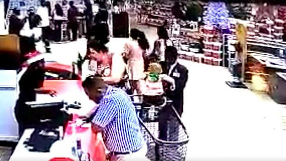 #Video Guardia de seguridad roba a niño en supermercado mientras su abuela platica - Guardia de seguridad de supermercado toma a bebé. Captura de pantalla