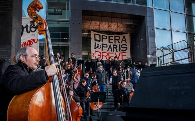 Ópera de París ofrece concierto a modo de huelga contra Macron - Huelga de músicos de la Ópera de París. Foto de EFE