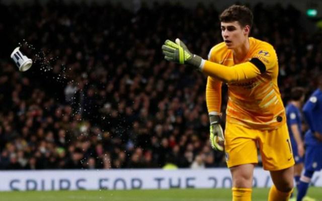 Tottenham sancionó al aficionado que tiró vaso a Kepa - Kepa Arrizabalaga vaso Chelsea Tottenham