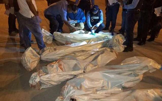 Motín en cárcel de máxima seguridad de Honduras deja cinco muertos - Levantamiento de cuerpos en cárcel de La Tolva en Honduras. Foto de @HCHTelevDigital