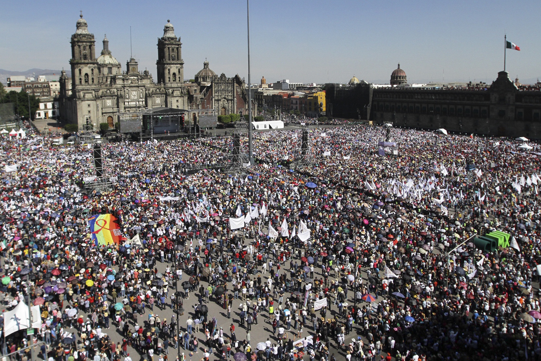 El presidente Andrés Manuel López Obrador arriba al Zócalo Capitalino, acompañado de su esposa Beatriz Gutiérrez Müller, para presentar un informe del primer año de su Gobierno. Ciudad de México, 1 de diciembre de 2019. Foto de Notimex-Guillermo Granados.
