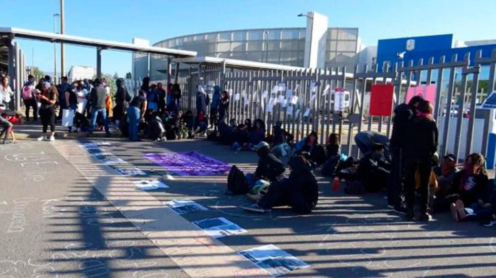 Estudiantes de la UG toman planteles por presunto asesinato de alumna - Manifestación afuera de UG Campus San Carlos. Foto de Zona Franca