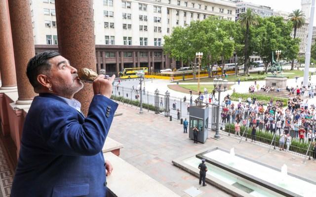 Maradona visita al presidente de Argentina y levanta réplica miniatura de la Copa del Mundo - Maradona visita al presidente de Argentina y levanta réplica miniatura de la Copa del Mundo