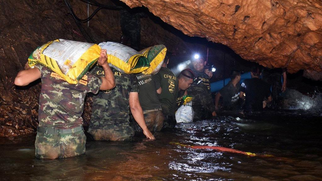 Muere militar que participó en rescate de niños de cueva de Tailandia - Miembros del equipo de rescate de 12 niños y su entrenador de cueva de Tailandia. Foto de EFE