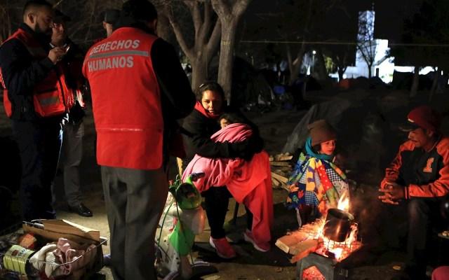 """Padre de migrante salvadoreña asesinada en México exige """"justicia"""" - Migrantes centroamericanos se protegen del frío en albergue de Ciudad Juárez. Foto de Archivo EFE/Luis Torres."""