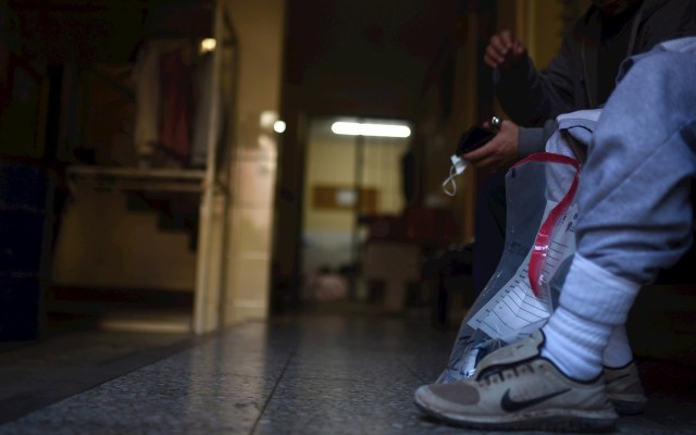 México no puede intervenir en retorno de mexicanos a Guatemala, señala embajadora - Dos hondureños y un salvadoreño fueron enviadas por Estados Unidos, este martes, a Guatemala como parte del acuerdo de cooperación de asilo en un vuelo procedente de Mesa, Arizona. Foto de EFE/ Edwin Bercían