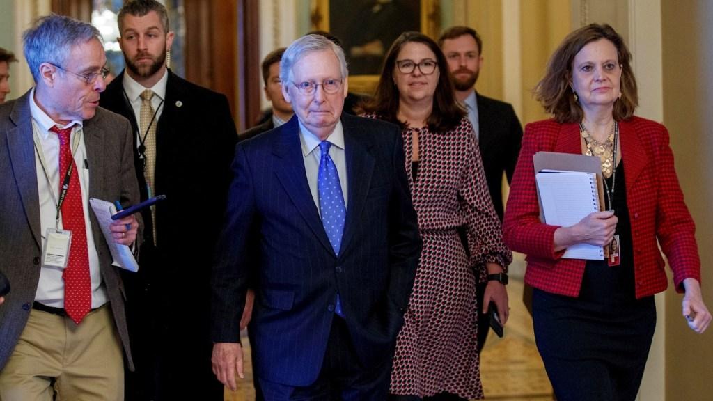 """Líder republicano del Senado califica juicio a Trump de """"precedente tóxico"""" - Mitch McConnell. Foto de EFE/EPA/SHAWN THEW"""