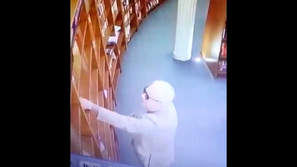 La denuncia que interpuso librería de Argentina contra embajador de México - Momento en que embajador de México en Argentina roba libro en El Ateneo. Captura de pantalla