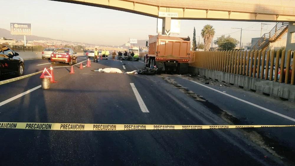Mueren dos motociclistas tras chocar contra camión en la México-Puebla