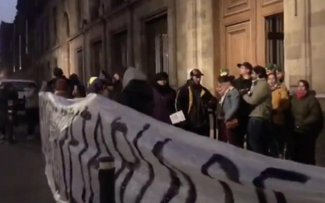 Trabajadores capitalinos bloquean accesos a Palacio Nacional - Palacio Nacional bloqueo