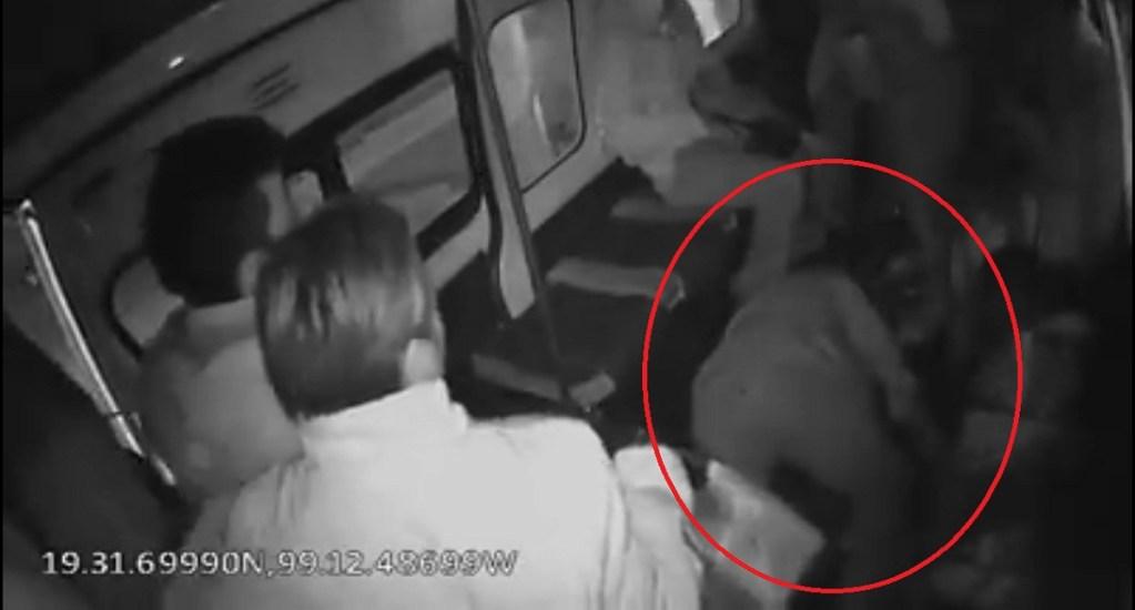 #Video Pasajero muere al frustrar asalto en combi del Estado de México - Pasajero que murió al frustrar asalto en combi de Tlalnepantla. Captura de pantalla