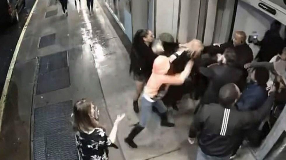 #Video Golpean a actriz y a modelo en bar de Nueva York - Pelea afuera del Sky Room de NY. Foto de Daily Mail