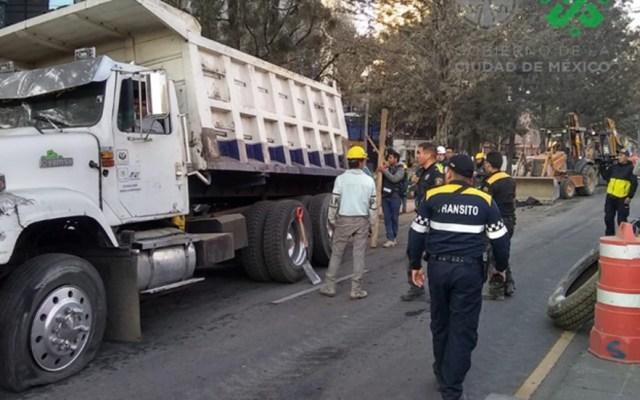 Camión de volteo cae a zanja sobre Avenida Chapultepec - Personal de la SSC laboró durante más de tres horas para liberar el camión y reabrir Av. Chapultepec. Foto de @OVIALCDMX