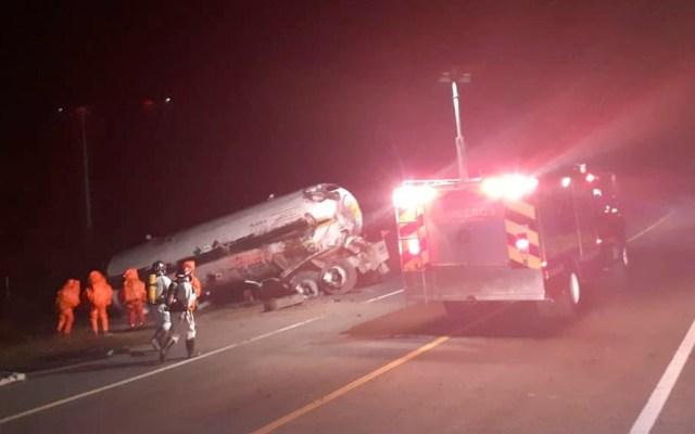 Suman cinco muertos tras volcadura de pipa en Michoacán - Suman cinco muertos tras volcadura de pipa en Michoacán
