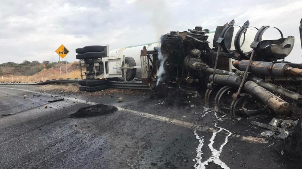 Controlan incendio de pipa con amoniaco; continúa cerrado el tramo en la Pátzcuaro-Cuitzeo - Controlan incendio de pipa con amoniaco