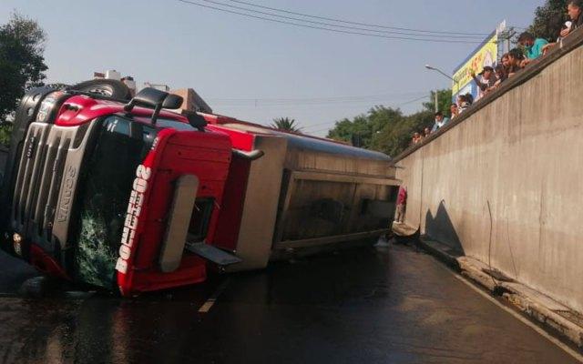 Volcadura de pipa de Bomberos deja dos lesionados en Eje 6 - volcadura de pipa en Eje 6