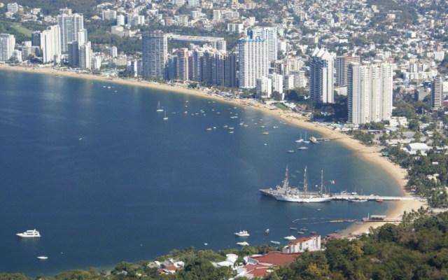 Cuatro de 273 playas no son aptas para uso recreativo, asegura Cofepris - Playa Icacos, Acapulco. Foto de @SECTUR_mx