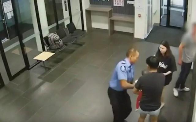 #Video Policía salva a bebé de morir asfixiado en Nochebuena - Policía de Australia salva a bebé