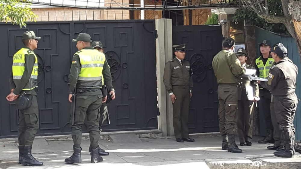 Alerta subsecretario de SRE por incursión armada en sedes diplomáticas de Bolivia - Policias Embajada de Mexico en Bolivia