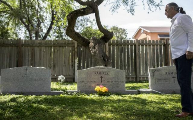Cementerios e iglesia de familia de Texas se salvan del muro de Trump - Ramiro Ramírez visita las tumbas de sus padres en el cementerio Jackson Ranch en Texas. Foto de Earthjustice