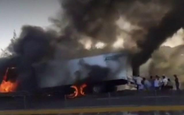 #Video Pobladores realizan rapiña a tráiler en llamas en Veracruz - Foto de captura de pantalla