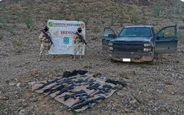 Militares encuentran armamento en vehículo abandonado en Caborca, Sonora - Decomiso de armas largas en camioneta abandonada
