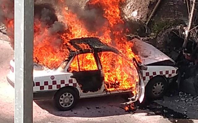 Taxista muere calcinado tras chocar contra puente en la México-Querétaro - Taxi quemándose tras choque en la México-Querétaro. Foto de @CoordinacionDM