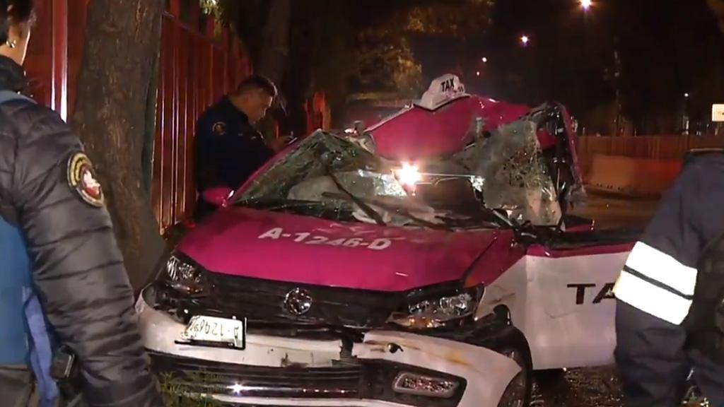 Taxista muere al chocar contra tráiler en la colonia CTM Aragón - Taxi tras choque con caja de tráiler en la CTM Aragón. Captura de pantalla / Noticieros Televisa