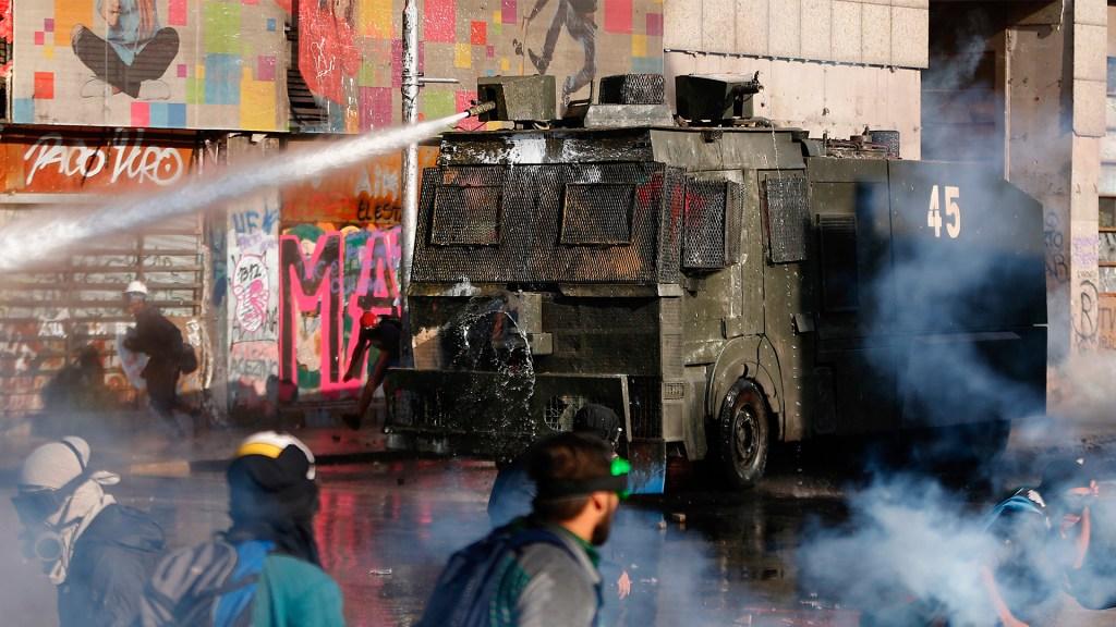 Policía de Chile niega arrojar agua tóxica a manifestantes - Uso de chorros de agua para dispersar manifestaciones en Chile. Foto de EFE
