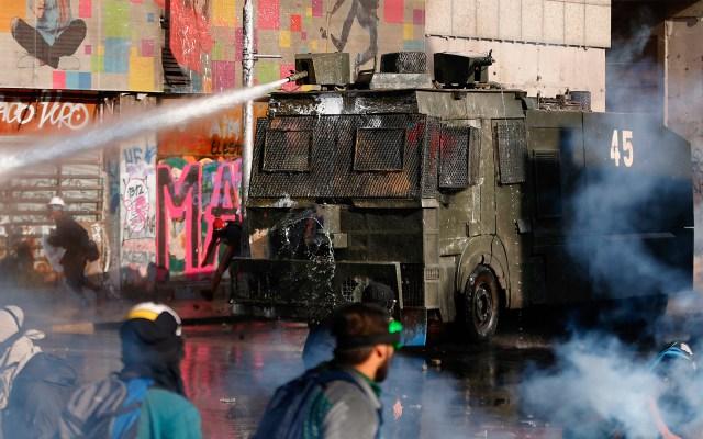 Tiempos nublados para América Latina en 2020, pronosticó Zovatto - Uso de chorros de agua para dispersar manifestaciones en Chile. Foto de EFE