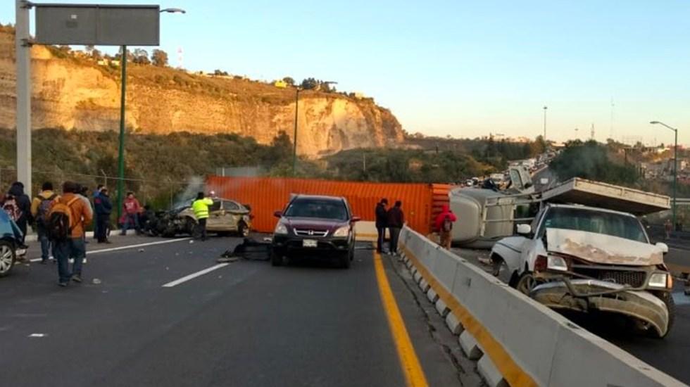#Video Continúan maniobras para retirar tráiler volcado en la Chamapa-Lechería - Vuelca tráiler.
