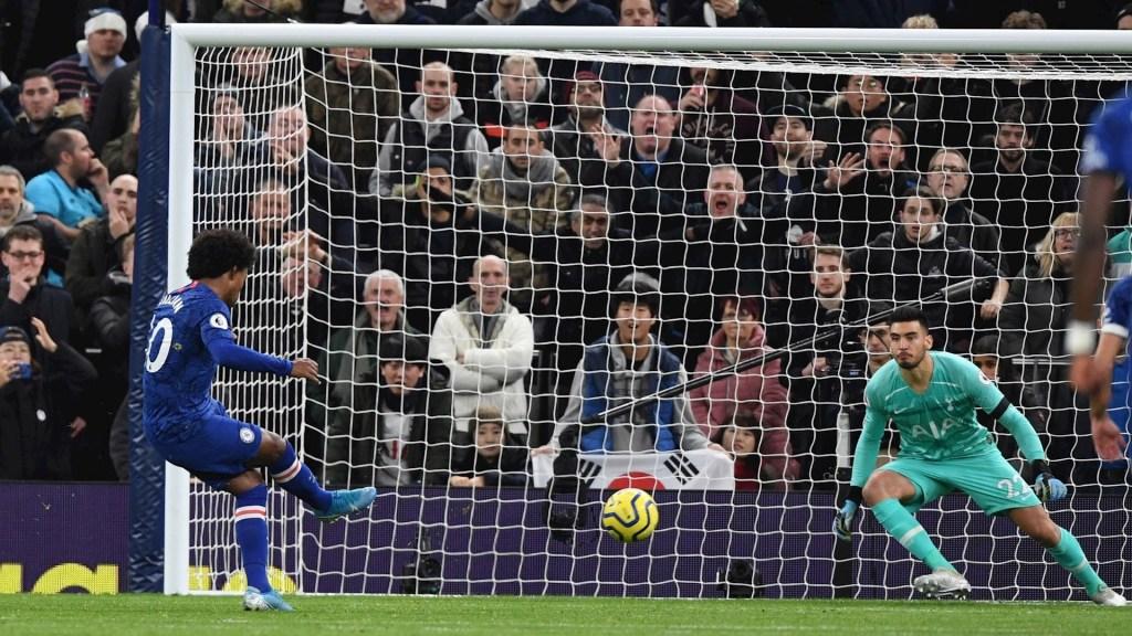 Willian corta la racha del Chelsea y la de Mourinho - Uno de los dos goles de Willian. Foto de EFE/ EPA/ FACUNDO ARRIZABALAGA.