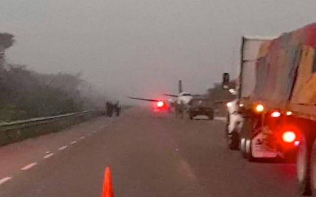 Abandonan avión tras aterrizaje de emergencia en carretera de Bacalar; reportan un muerto - Abandonan avión pequeño en carretera de Bacalar