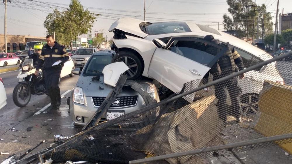 #Video Auto choca contra muro de contención en Boulevard Puerto Aéreo
