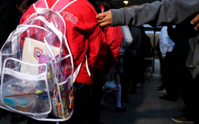 Colegio Cervantes de Torreón reanuda clases con detectores de metal - Alumnos del Colegio Cervantes utilizarán mochilas transparentes para evitar el ingreso de objetos prohibidos