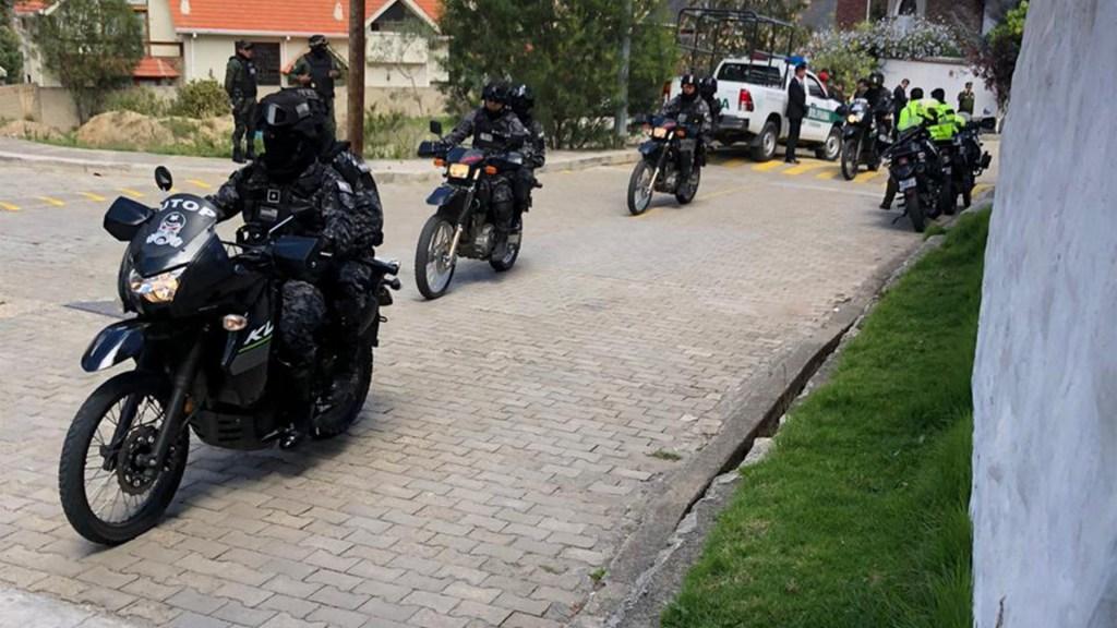 Asedio de policías en la Residencia oficial de México en Bolivia, denunciado por la propia Embajada. Foto de @EmbaMexBol