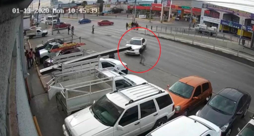 #Video Auto a toda velocidad atropella en Chihuahua a hombre - Auto atropella a hombre en Chihuahua. Captura de pantalla