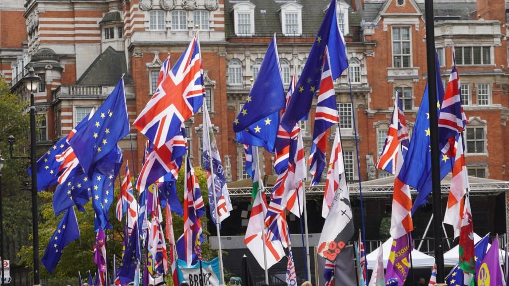 Parlamento de Reino Unido aprueba definitivamente el Brexit - Banderas de Reino Unido y la Unión Europea. Foto de Franz Wender / Unsplash
