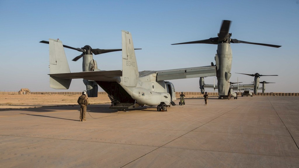 Estados Unidos y OTAN confirman que no sufrieron bajas tras ataque iraní - ARCHIVO. Foto puesta a disposición por el Cuerpo de Marines de los EE. UU. Muestra a los jefes de tripulación del Cuerpo de Marines de los EE. UU. Observando a las águilas pescadoras MV-22B durante las inspecciones previas al vuelo en la línea de vuelo en la base aérea de Al Asad, Iraq. Foto de EFE / EPA / Jered Stone / US MARINE CORPS FOLLETO FOLLETO EDITORIAL