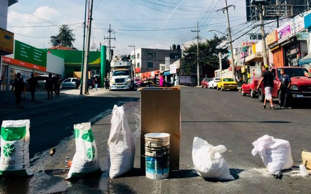 Manifestantes liberan Calzada de Las Águilas tras 20 horas - Bloqueo de Calzada de las Águilas. Foto de @SinChillar