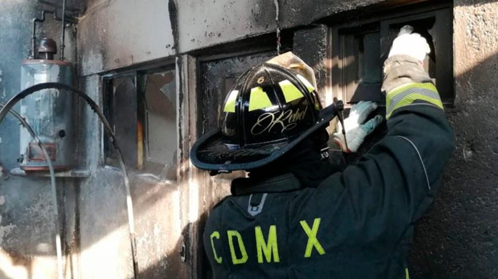 Fuga de gas en Cuajimalpa deja una mujer muerta y dos intoxicados - Bombero de la CDMX en atención de emergencia. Foto de @Bomberos_CDMX